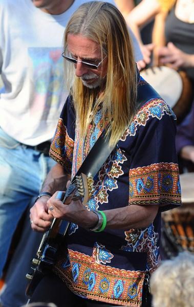 Guitariste aux tam tam